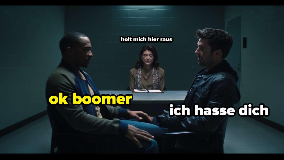 """Bucky Barnes, Sam Wilson und die Therapeutin Dr. Raynor, die in The Falcon and The Winter Soldier in einem Raum sitzen. Auf dem Bild steht """"ich hasse dich"""" und """"ok boomer""""."""
