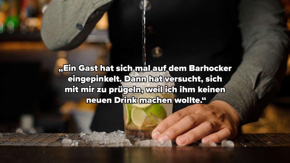 """Ein Mann steht hinter der Bar und gießt Sirup in einen Cocktail, darüber der Text: """"Ein Gast hat sich mal auf dem Barhocker eingepinkelt. Dann hat versucht, sich mit mir zu prügeln, weil ich ihm keinen neuen Drink machen wollte."""""""