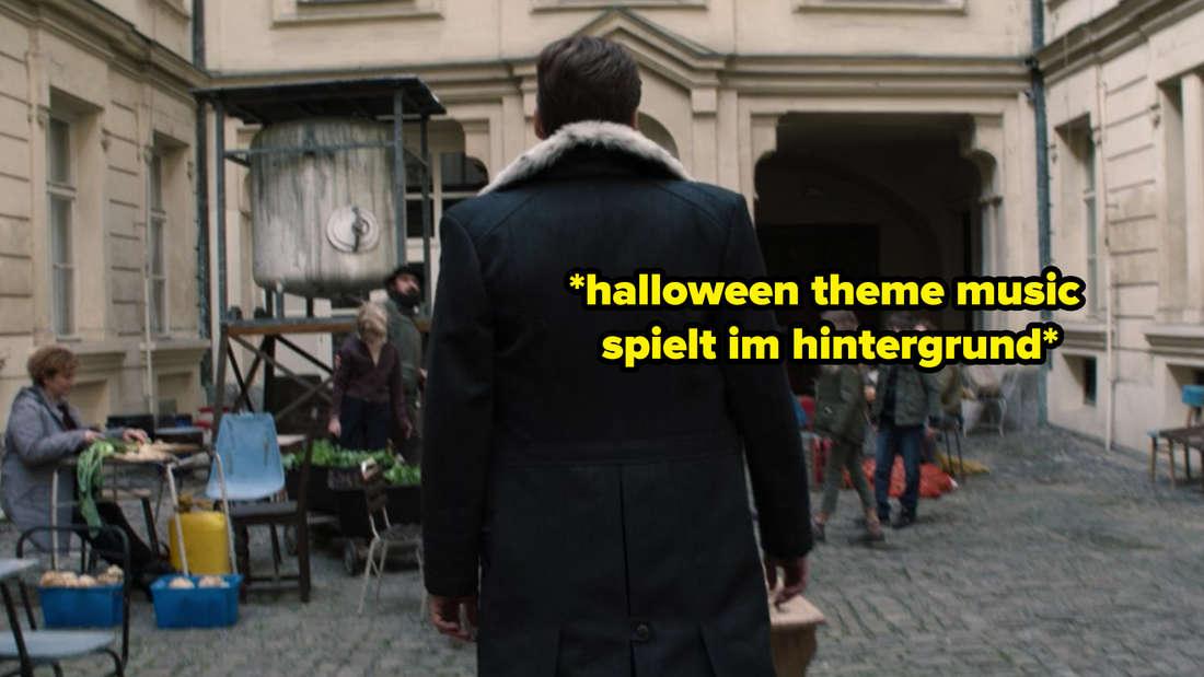 """Zemo läuft in Marvels """"The Falcon and The Winter Soldier"""" eine Straße entlang. Auf dem Bild steht *halloween theme music spielt im hintergrund*."""