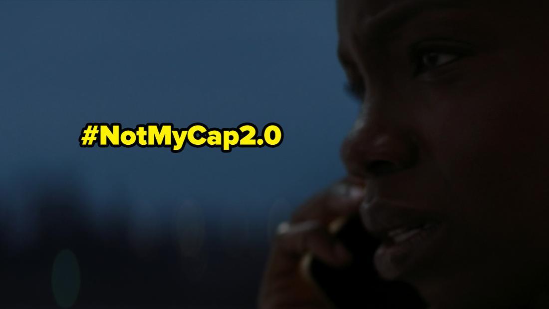 """Sarah Wilson telefoniert in Marvels """"The Falcon and The Winter Soldier"""" mit Karli Morgenthau und sieht besorgt aus. Auf dem Bild steht """"NotMyCap2.0"""""""