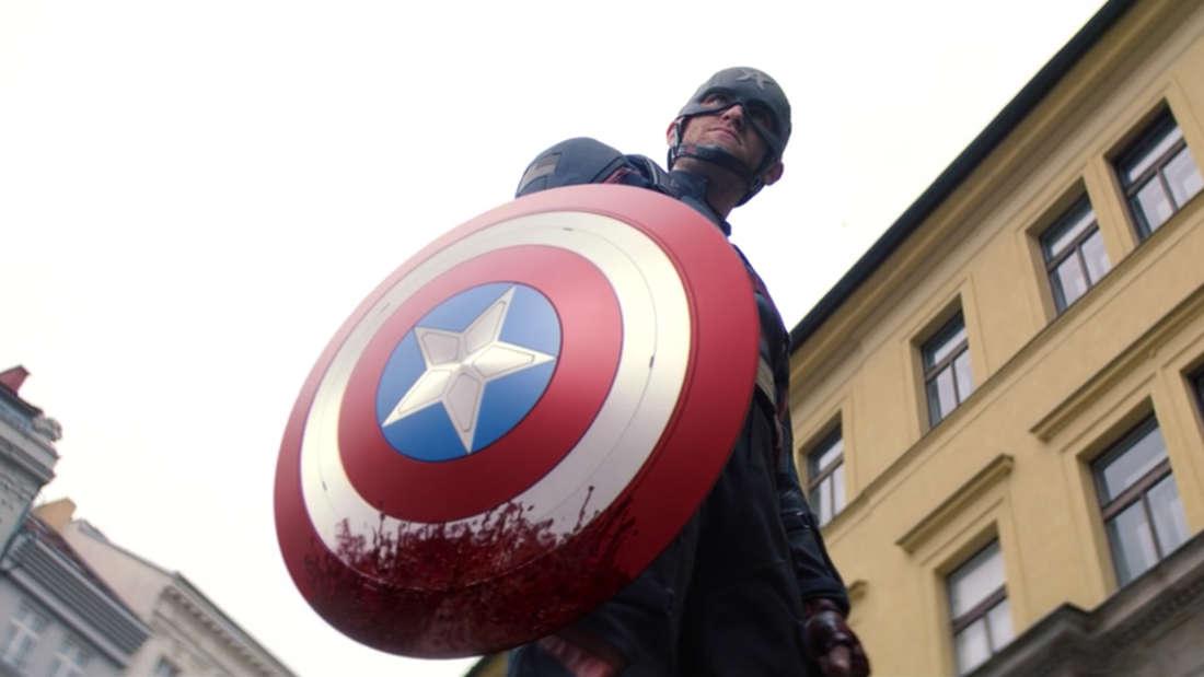 """John Walker sieht in Marvels """"The Falcon and The Winter Soldier"""" wütend aus, während er einen blutigen Schild hochhält."""