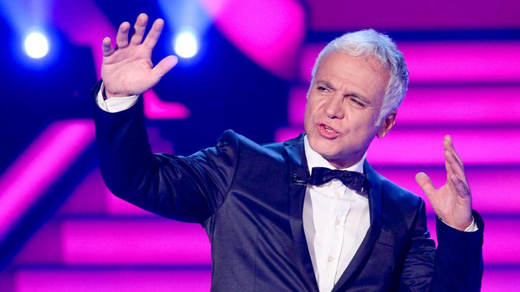 Nino de Angelo singt auf einer TV-Bühne mit Anzug und Fliege