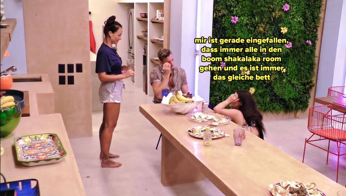 Melody weist die anderen daraufhin, dass alle im gleichen Bett Sex haben werden.