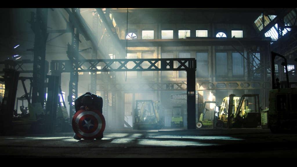 """John Walker, der den Schild von Captain America in der neuen Folge von Marvels """"The Falcon and The Winter Soldier"""" hält."""