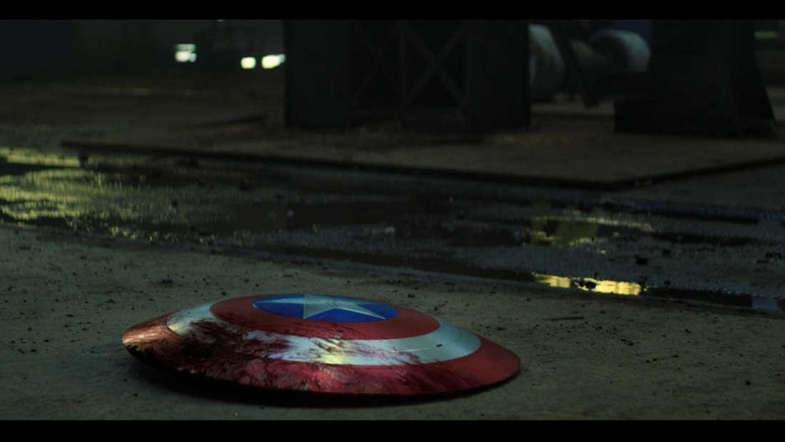 """Der Schild von Captain America liegt in der neuen Folge von Marvels """"The Falcon and The Winter Soldier"""" auf dem Boden."""