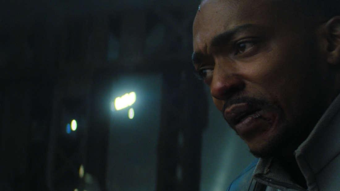 """Sam Wilson, der nach einem Kampf mit Captain America in """"The Falcon and The Winter Soldier"""" sehr verzweifelt aussieht."""