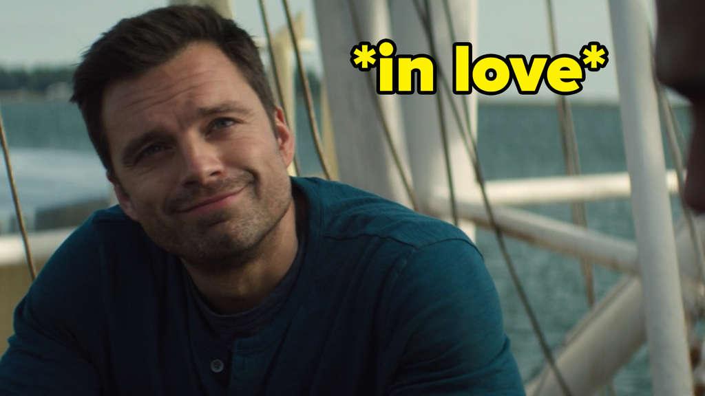 """Bucky Barnes lächelt in """"The Falcon and The Winter Soldier"""" Sarah Wilson an. Auf dem Bild steht *in love*."""