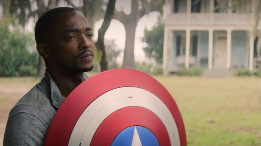 """Sam Wilson hält den Schild von Captain America in """"The Falcon and The Winter Soldier"""" in den Händen."""
