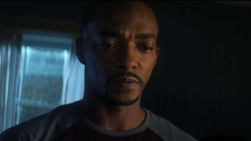 """Sam Wilson, der sich in """"The Falcon and The Winter Soldier"""" einen Koffer anguckt, den Bucky Barnes ihn gebracht hat."""