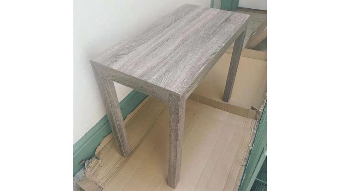 Der Schreibtisch von Natasha Jokic, der eine helle Holzoberfläche hat.