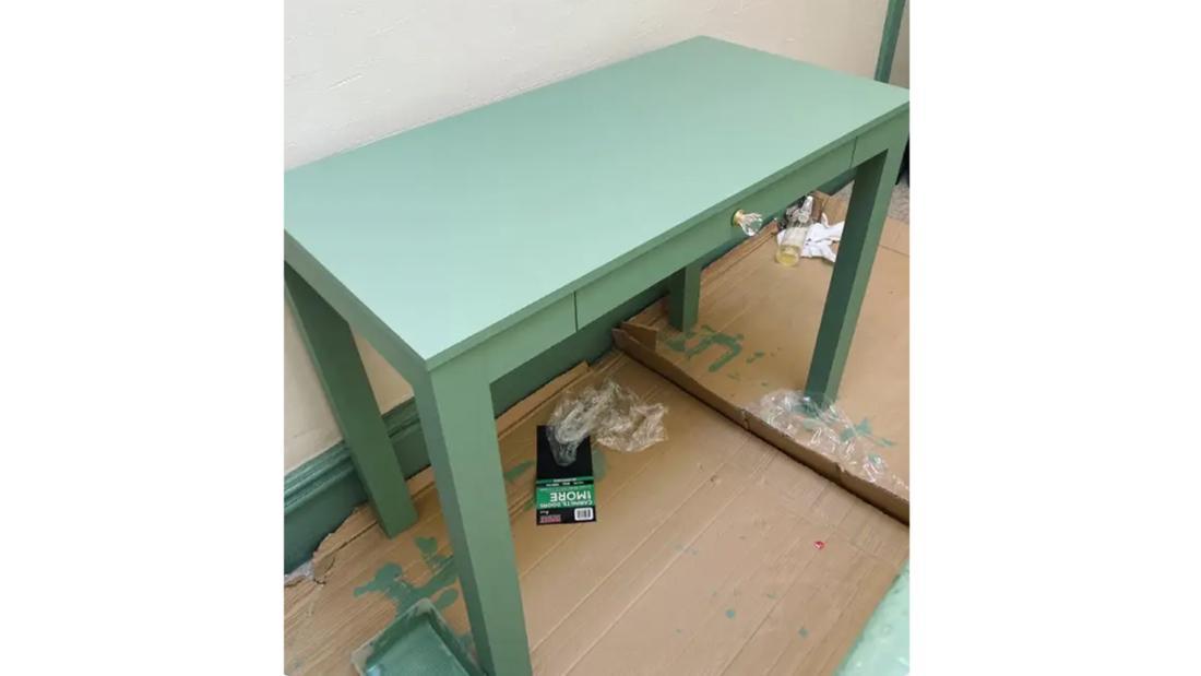 Der fertiggestrichene pastellgrüne Schreibtisch von Natasha Jokic.