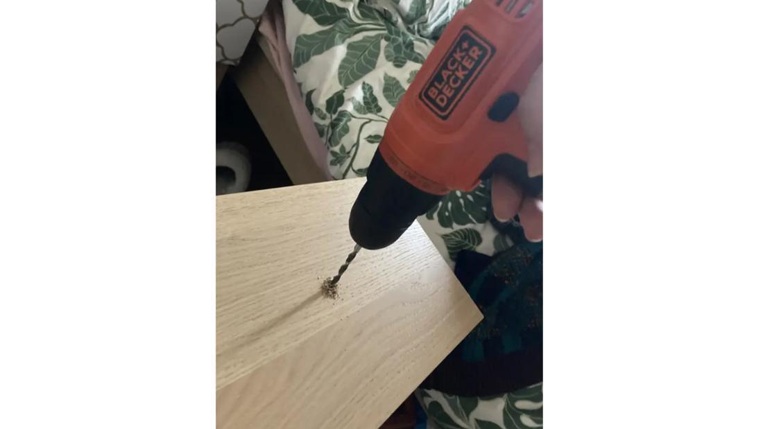 Eine Schublade, in deren Mitte ein Bohrloch gebohrt wird.