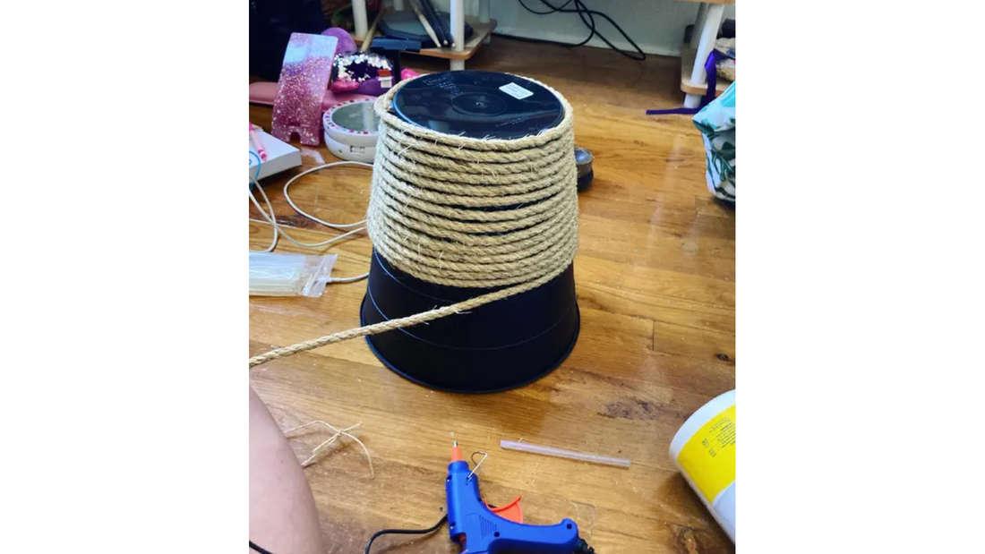 Der Ikea-Mülleimer, um den nun Seil gewickelt wird, um ihn aufzuhübschen.