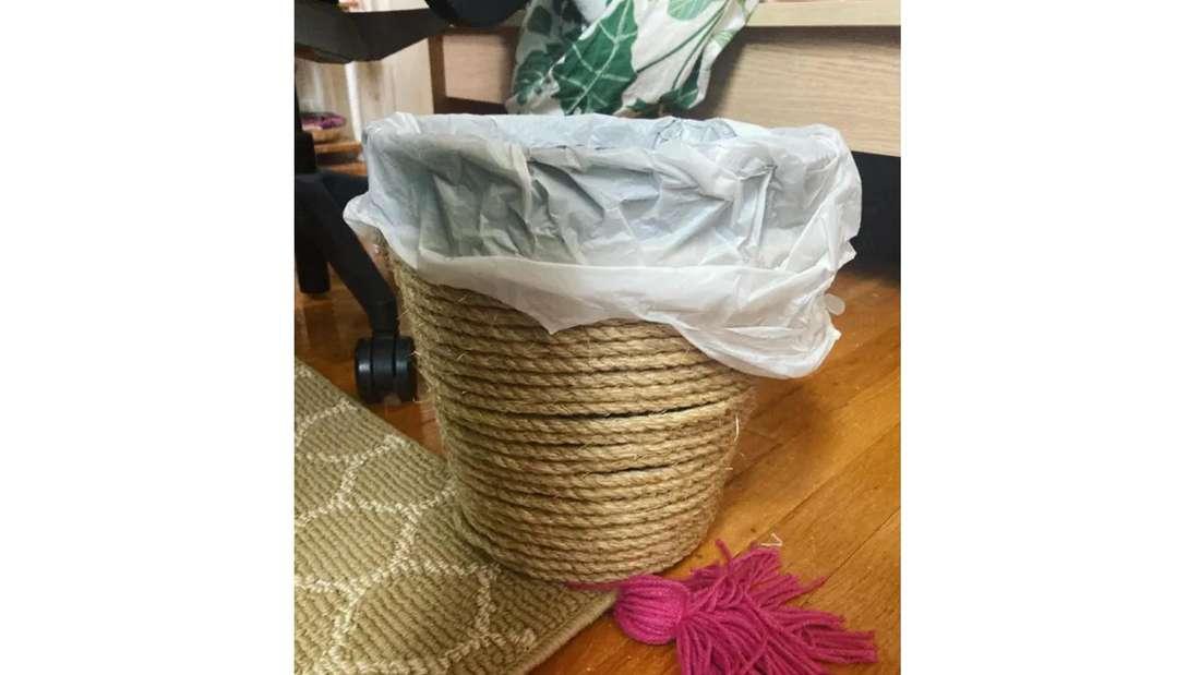 Der fertige Ikea-Mülleimer, um den ein Seil gewickelt wurde.