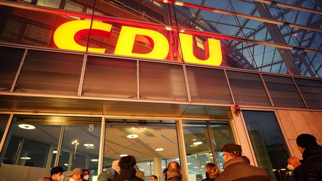 Journalisten warten vor dem Konrad-Adenauer-Haus, der Bundeszentrale der CDU, wo alles für eine Pressekonferenz vorbereitet ist.