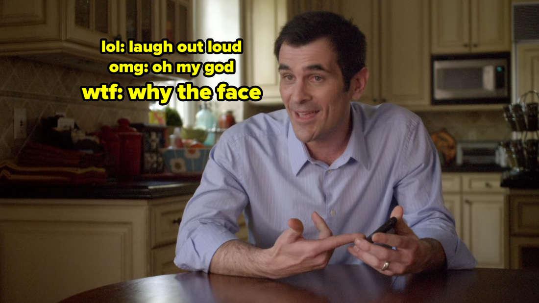 Phil sitzt am Küchentisch und sagt in die Kamera: lol: laugh out loud. omg: oh my god. wtf: why the face?
