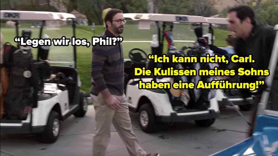 """Phil springt aus einem Golfkart. Ein gleichaltriger Mann fragt ihn: """"Legen wir los, Phil?"""". Phil antwortet: """"Ich kann nicht, Carl. Die Kulissen meines Sohns haben eine Aufführung."""""""