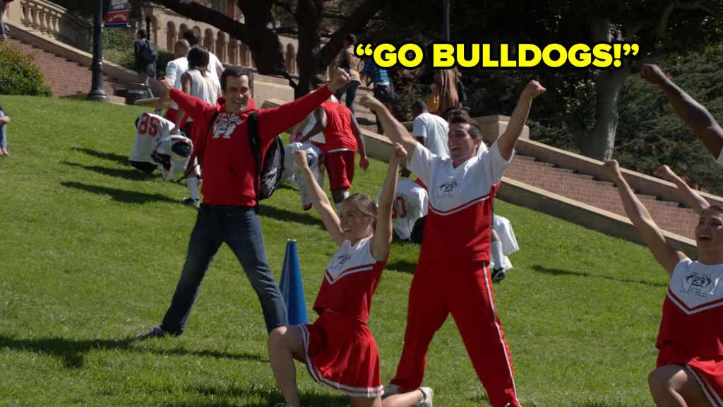 """Phil schließt sich den Cheerleadern seines alten Colleges an und ruft: """"GO BULLDOGS!"""""""