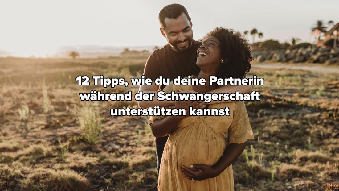 """Ein Mann, der seine schwangere Frau von hinten umarmt. Die Abend oder Morgensonne scheint. Auf dem Bild steht """"12 Tipps, wie du deine Partnerin während der Schwangerschaft unterstützen kannst."""""""