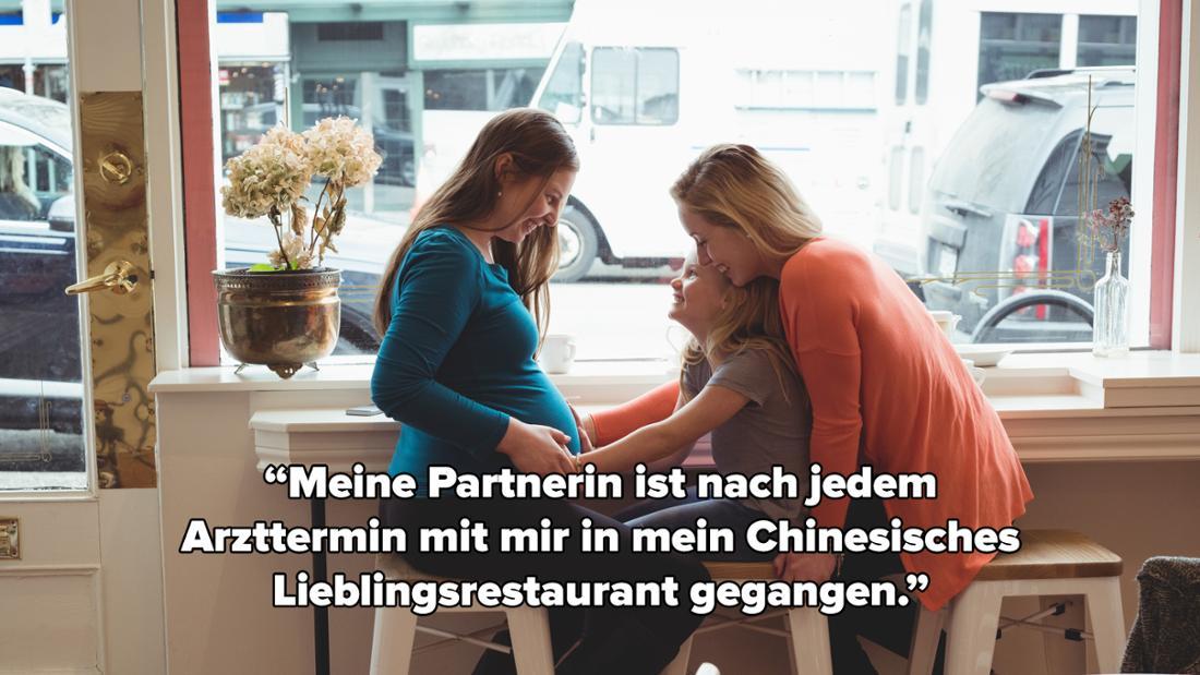 """Eine Frau, die zusammen mit einer anderen Frau im Restaurant sitzt. Ein Kind berührt den Schwangerschaftsbauch der einen Frau. Auf dem Bild steht """"Meine Partnerin ist nach jedem Arzttermin mit mir in mein Chinesisches Lieblingsrestaurant gegangen."""""""
