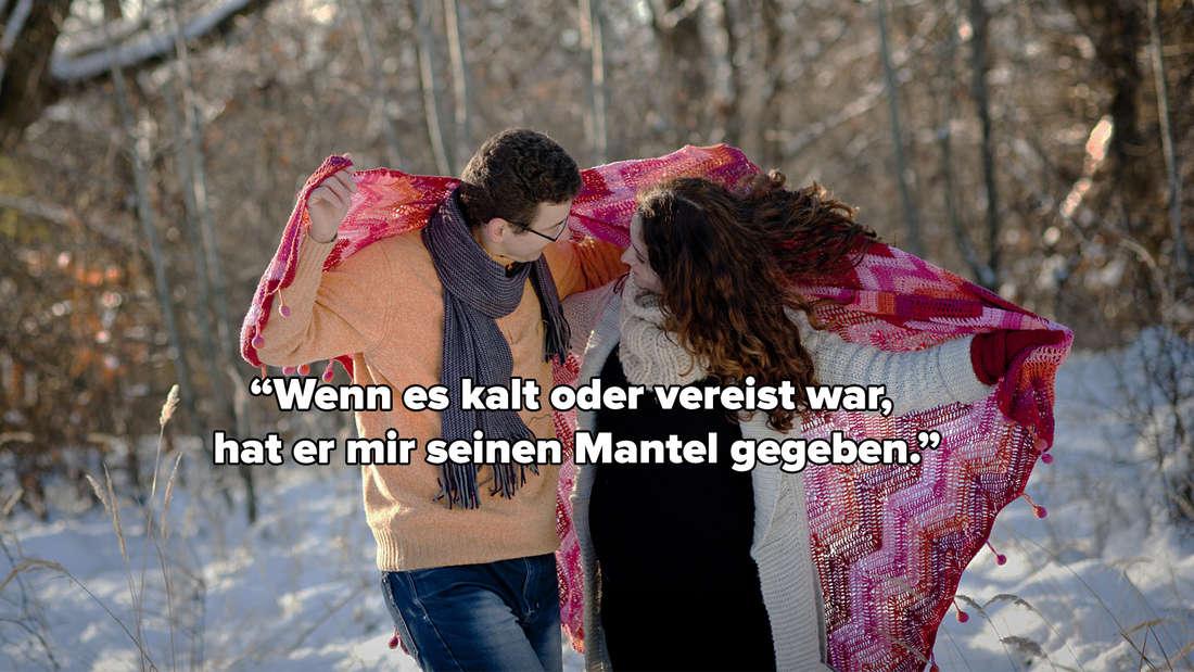 """Eine schwangere Frau und ein Mann, die zusammen im Schnee stehen. Sie haben einen Schal um sich gespannt. Auf dem Bild steht """"Wenn es kalt oder vereist war, hat er mir seinen Mantel gegeben."""""""