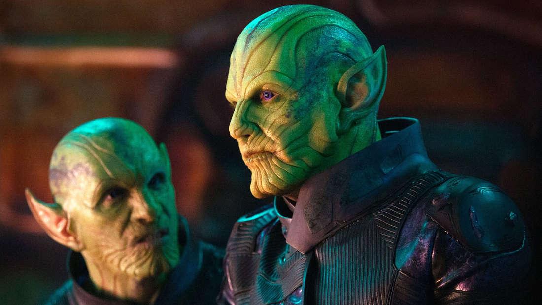 Skrulls aus Marvels Captain Marvel, die sich unterhalten und besorgt aussehen.