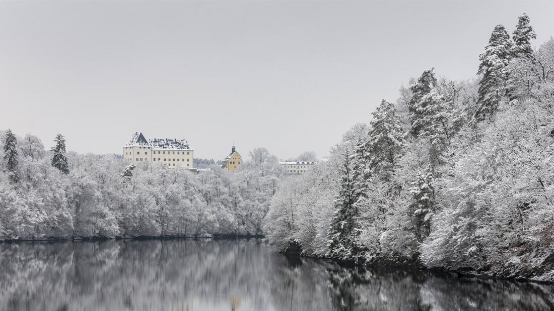 Auf der Eisbrücke mit Aussicht auf Schloss Burgk