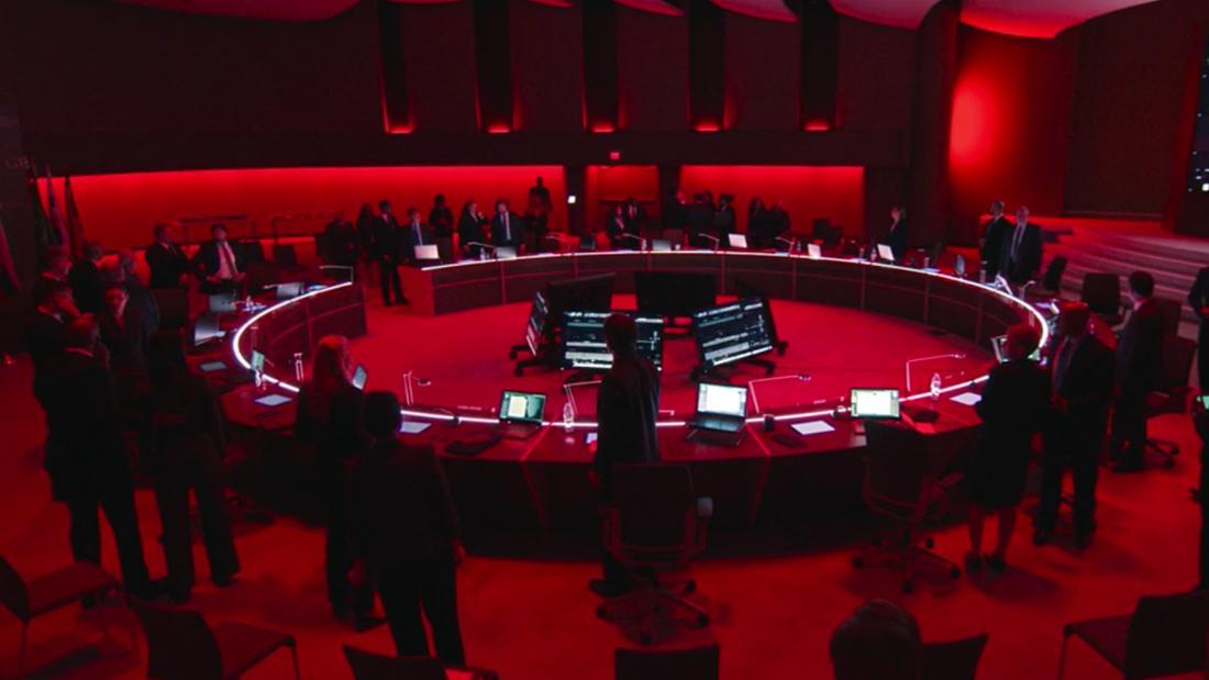 """Der Besprechungsraum in """"The Falcon and The Winter Soldier"""", der nur von rotem Licht erhellt wird."""