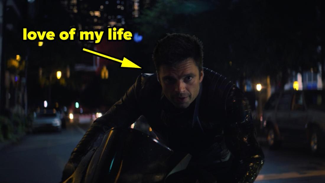"""Bucky Barnes, der bei """"The Falcon and The Winter Soldier"""" auf einem Motorrad fährt."""