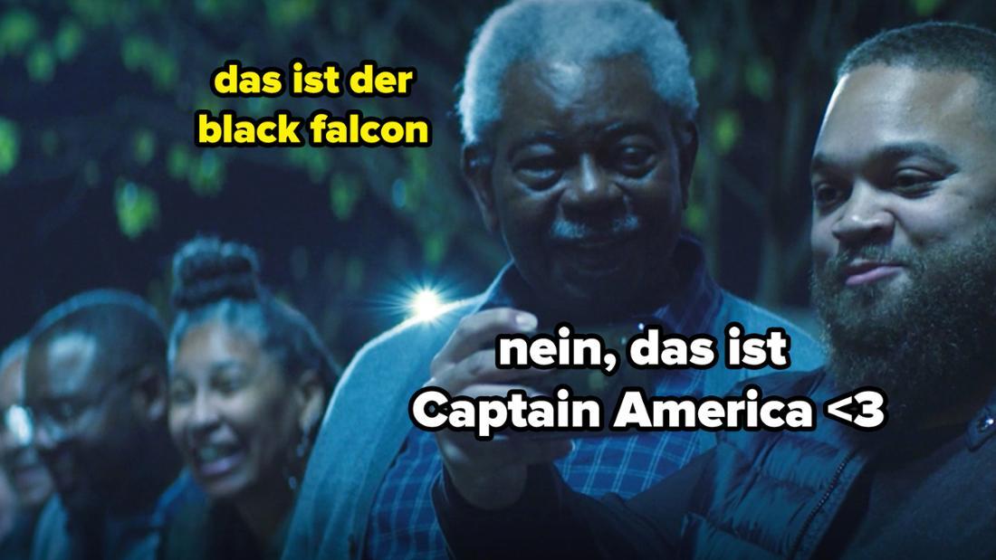 """Zwei Schwarze Männer im Publikum bei """"The Falcon and The Winter Soldier"""". Auf dem Bild steht """"Das ist der Black Falcon"""" und """"Nein, das ist Captain America <3"""""""
