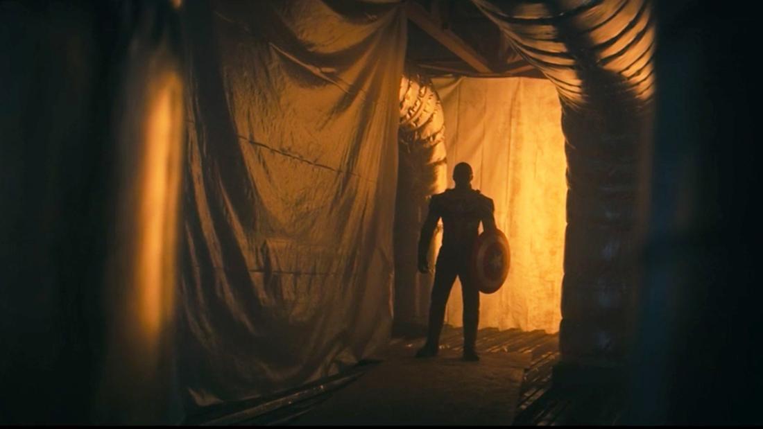 """John Walker, der in """"The Falcon and The Winter Soldier"""" in einem spärlich beleuchteten Raum mit Rohren steht."""