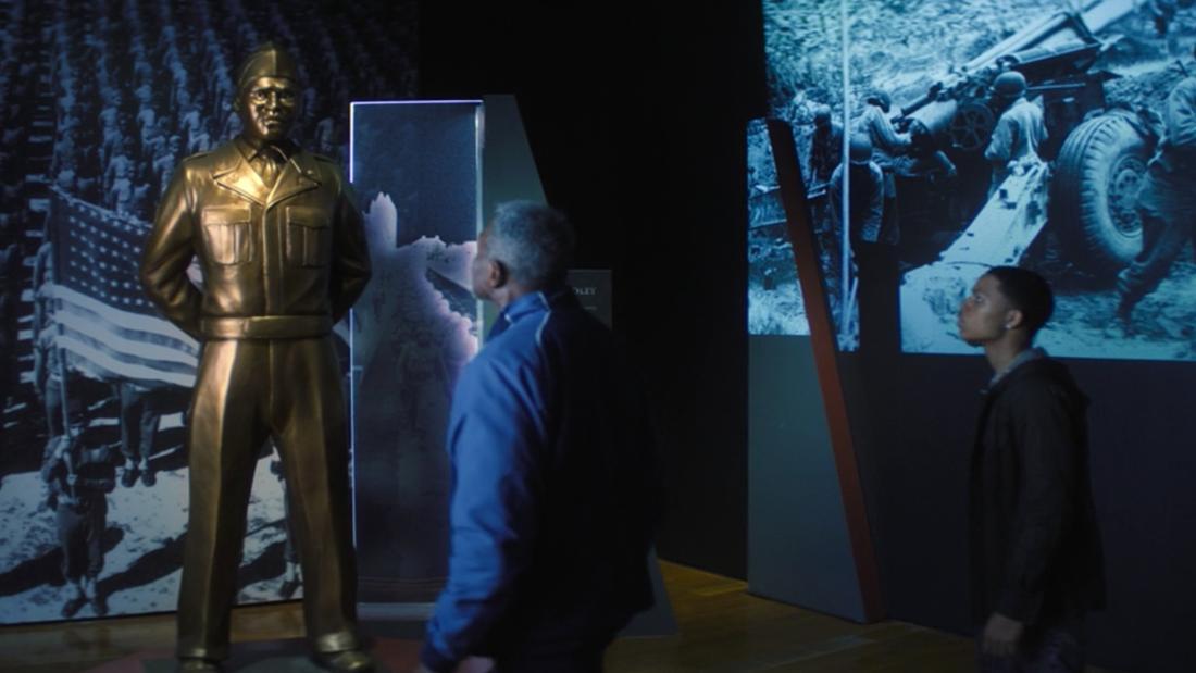 """Isaiah Bradley sieht sich in """"The Falcon and The Winter Soldier"""" eine Statue von sich selbst an, die in seinen Ehren gebaut wurde."""