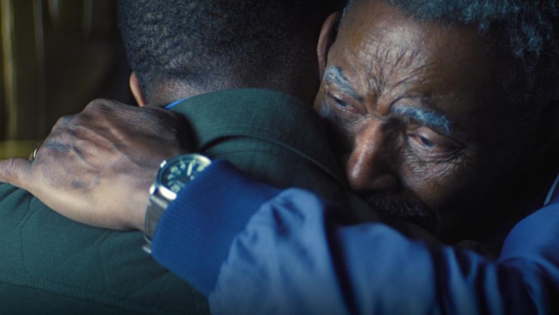 """Isaiah Bradley und Sam Wilson umarmen sich in """"The Falcon and The Winter Soldier"""". Isaiah sieht dankbar und sehr emotional aus."""