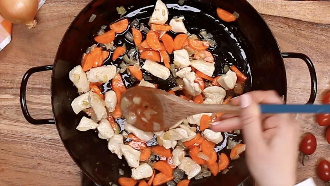 Das Gemüse wird in der Pfanne umgerührt.