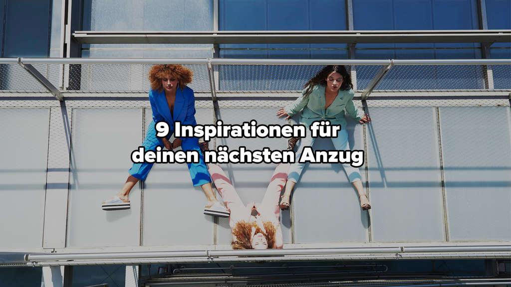Drei Frauen, die blaue, mintfarbene und rosafarbene Anzüge tragen und gemeinsam in der Sonne sitzen.
