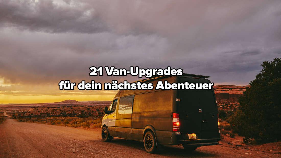 Ein Van auf einer Straße. Es sind ein Sonnenuntergang und ein Himmel mit Wolken zu sehen.