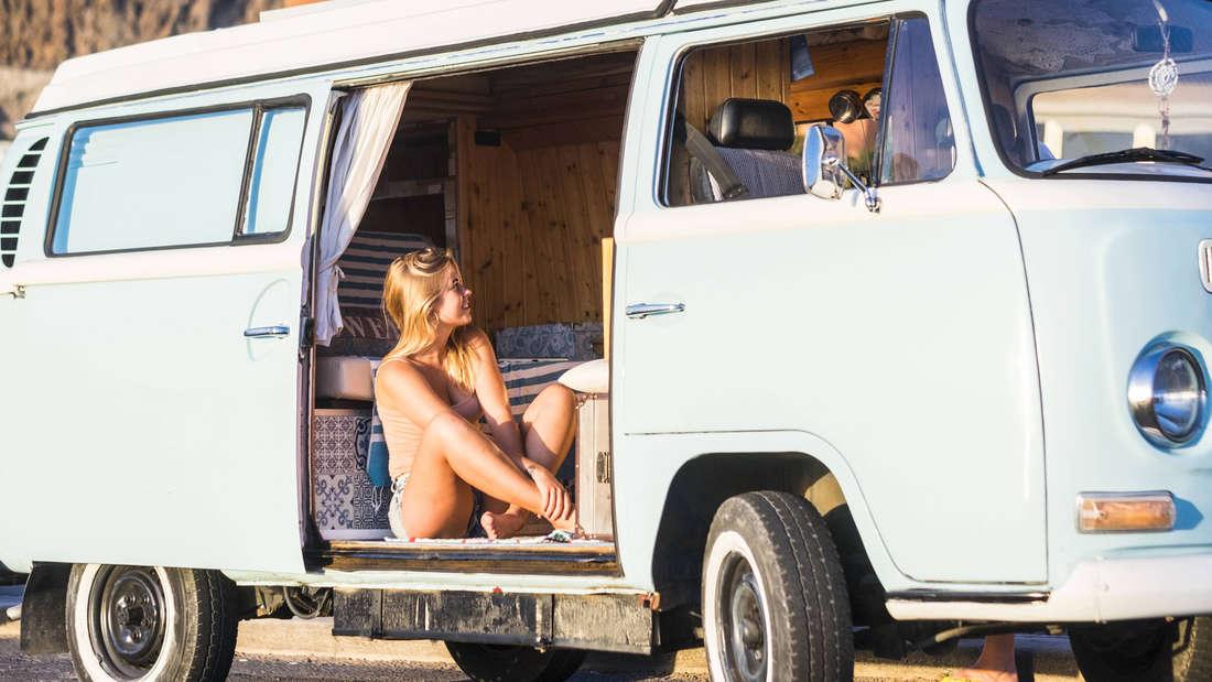 Eine Frau, die in einem blauen Van sitzt.