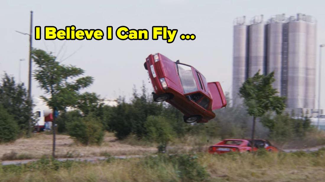 Ein Mercedes fliegt durch die Luft.