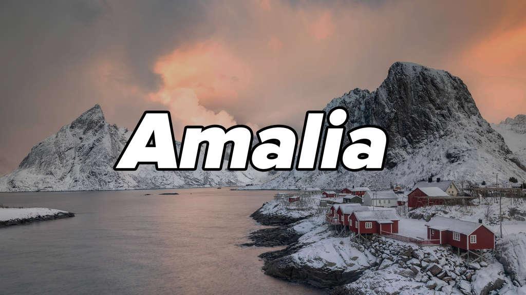 """Verschneiter Fjord Hamnøya in Norwegen mit Fischerhütten. Auf dem Bild steht """"Amalia""""."""