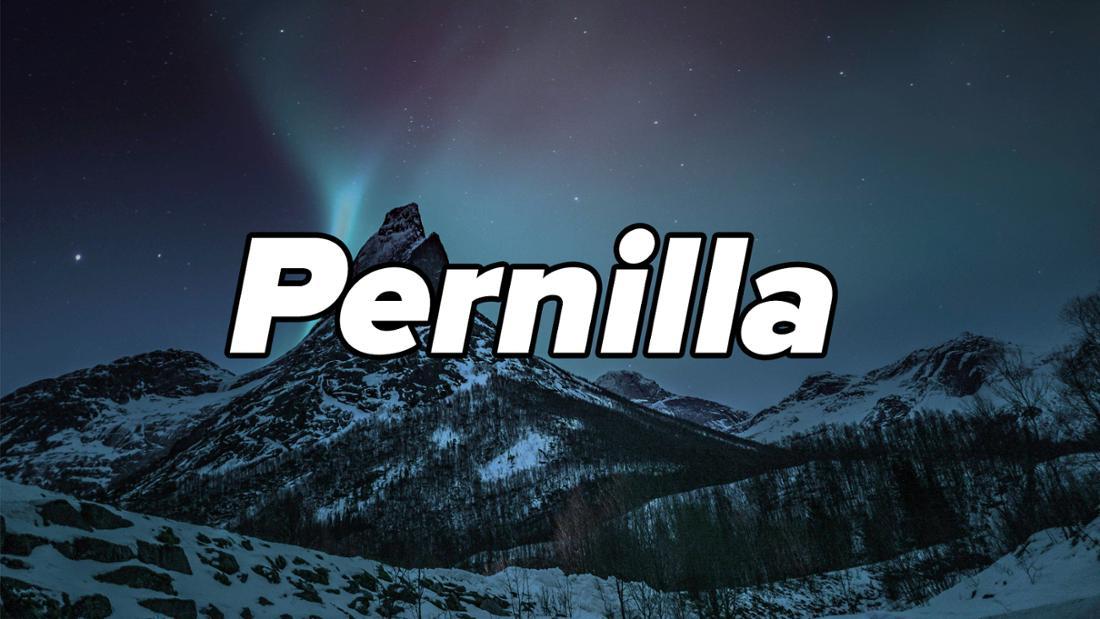 """Aurora borealis Nordlichter über einem eingeschneiten Berg in Stetind, Norwegen. Auf dem Bild steht """"Pernilla""""."""