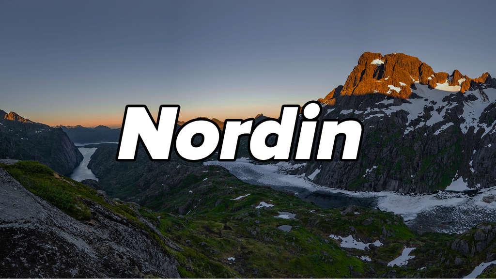 """See Trolljordvatnet in Norwegen mit Bergen, grüner Landschaft und Eis. Auf dem Bild steht """"Nordin""""."""