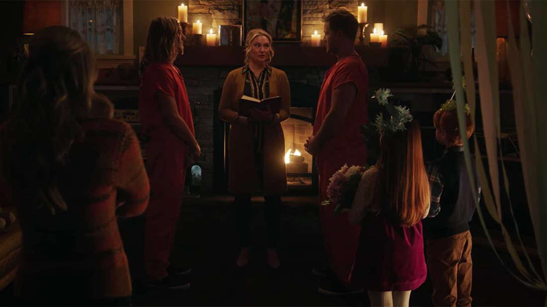 Charles und Chic werden von Alice vermählt, nachdem sie aus dem Gefängnis entkommen sind.