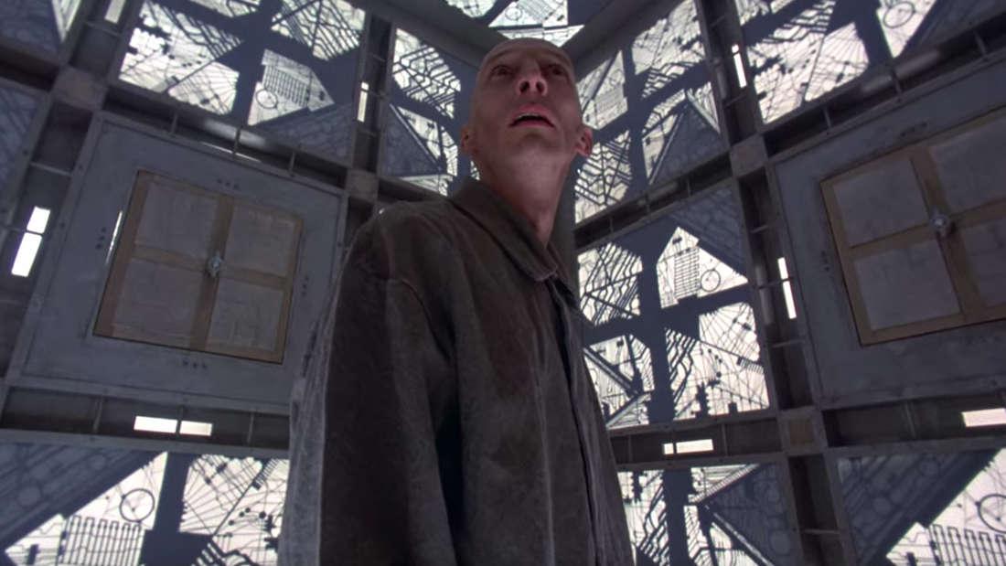 Cube auf Netflix: Ein Mann in Sträflingsuniform steht in einem quadratischen Raum.