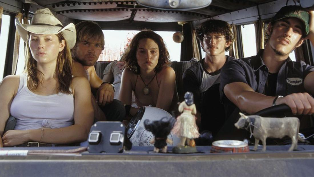 """""""Texas Chainsaw Massacre"""" auf Netflix: Eine Gruppe Jugendlicher sitzt in einem Van. Das hintere Fenster ist mit Blut bespritzt."""