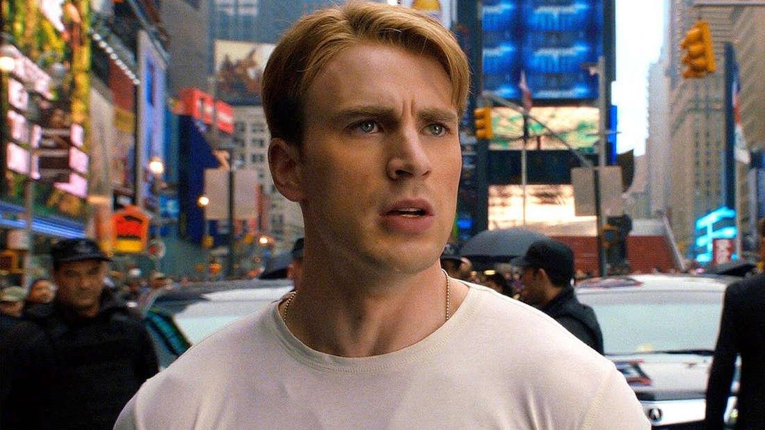 """Steve Rogers, der in Marvels """"Captain America: The First Avenger"""" auf einer Kreuzung steht und geschockt aussieht."""