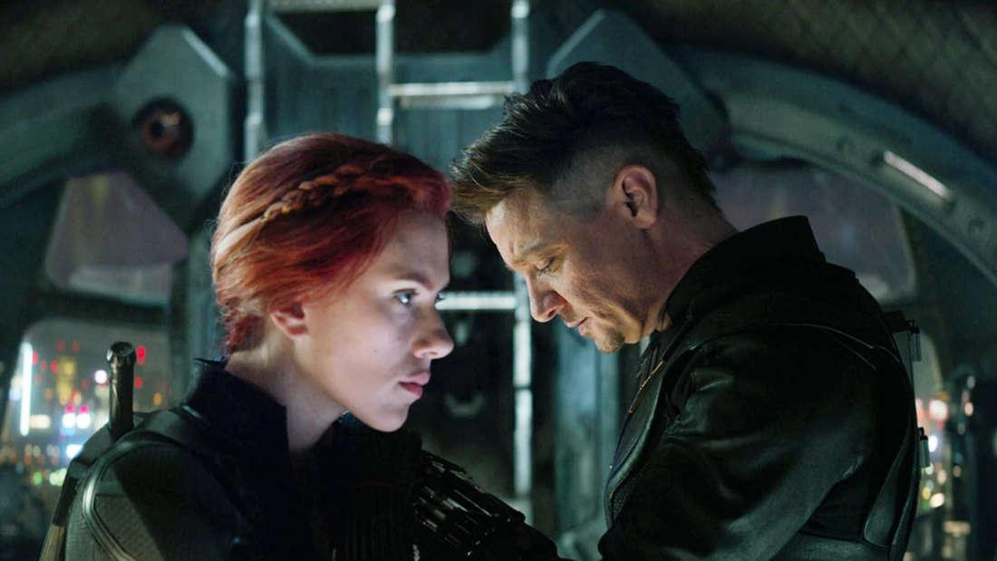 Natasha Romanoff und Clint Barton, die im Inneren eines Raumschiffes nebeneinander stehen und unsicher aussehen.