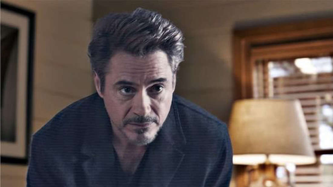 """Tony Stark, der in """"Avengers: Endgame"""" als Hologramm in einem Wohnzimmer zu seiner Familie spricht."""