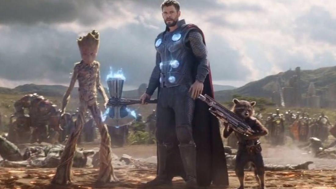 Groot als Teenager, Thor mit Stormbreaker und Rocket mit einer Waffe.