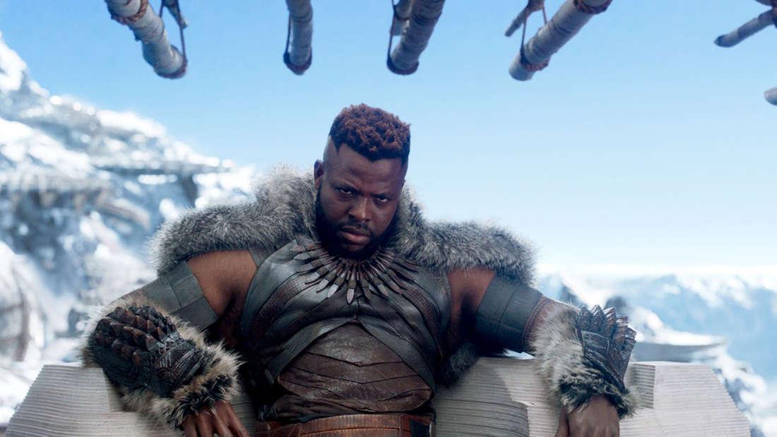 """M'Baku, der in Marvels """"Black Panther"""" auf einem Thron sitzt und böse aussieht."""