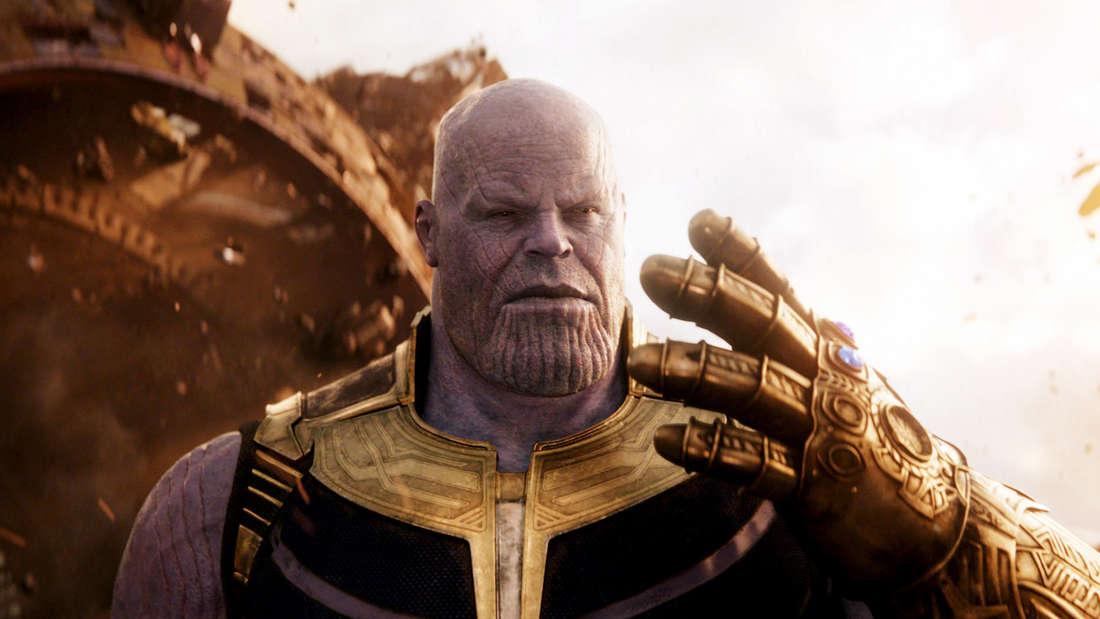 """Thanos, der in Marvels """"Endgame"""" seine Hand mit dem Handschuh hochhält."""